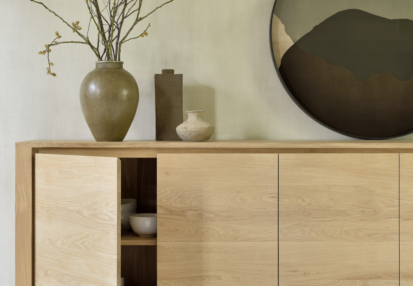 51373 Oak Shadow sideboard 21701 Sand Nomad kilim rug 20909 Graphite Combined Dots glass tray det2 WEB